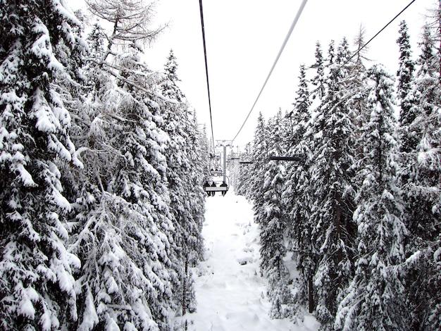 Widok winda z ludźmi i śnieżystymi jodłami, sistani. sezon zimowy.