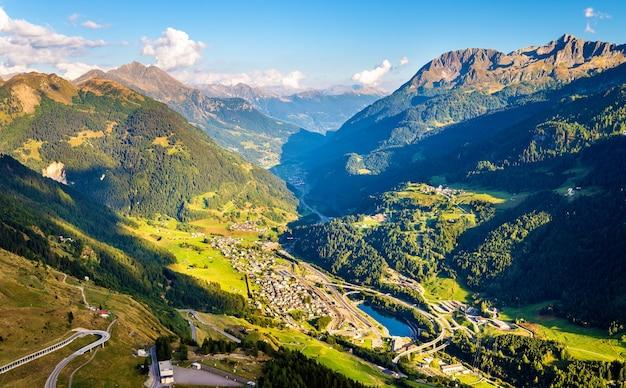 Widok wioski airolo z przełęczy świętego gotarda w szwajcarii