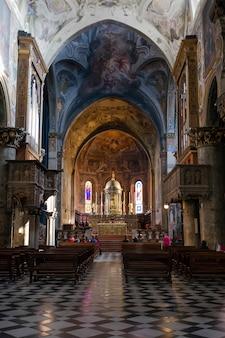 Widok wnętrza katedry w mediolanie