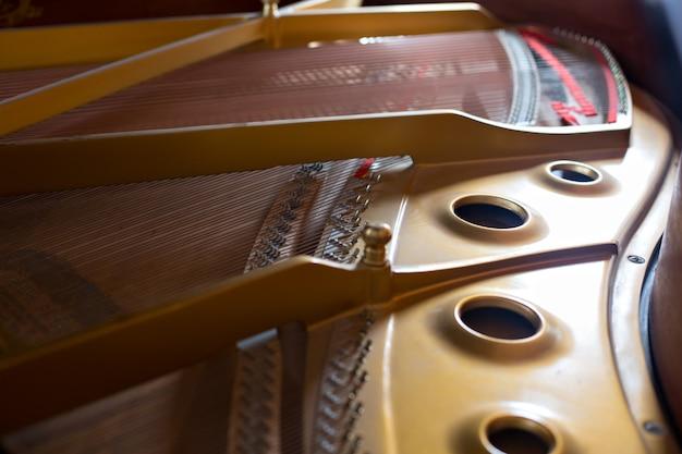 Widok wnętrza klasycznego fortepianu