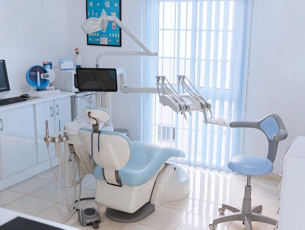 Widok wnętrza kliniki dentystycznej z nowoczesnym sprzętem stomatologii