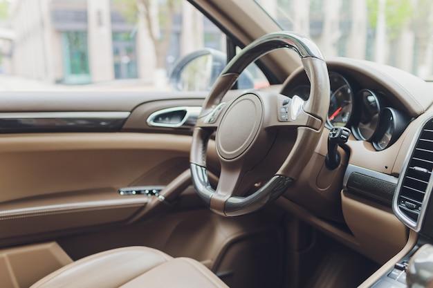Widok wnętrza nowoczesnego samochodu pokazującego deskę rozdzielczą.