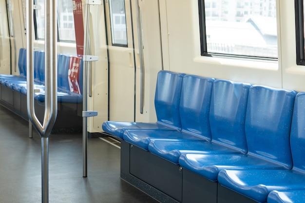 Widok wnętrza pociągu bez dojeżdżających do pracy i pustego siedzenia, całkowicie czysta i opuszczona stacja metra przyczyna pandemii covid-19