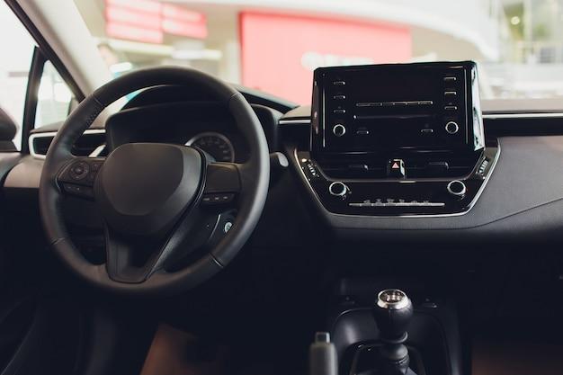 Widok wnętrza samochodu z czarnym salonem. kierownica, auto