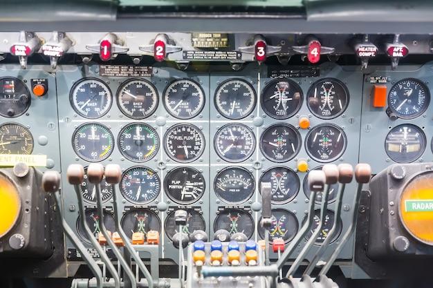 Widok wnętrza samolotu z kokpitu.