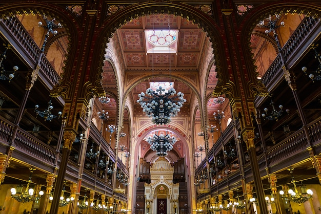 Widok wnętrza wielkiej synagogi w budapeszcie, największej synagogi w europie