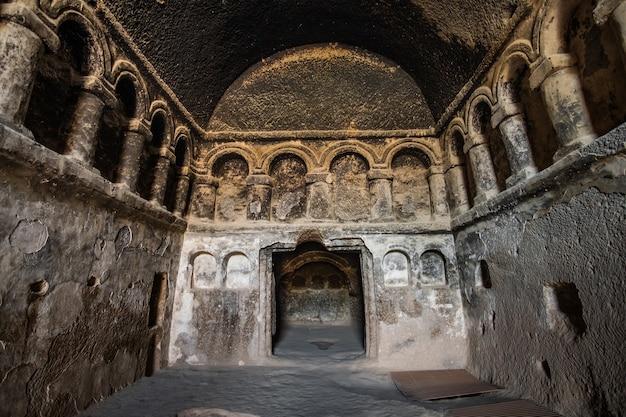Widok wnętrza zadziwiającego klasztoru selime w turcji kapadocji