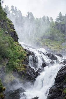 Widok wodospadów latefossen, odda, norwegia