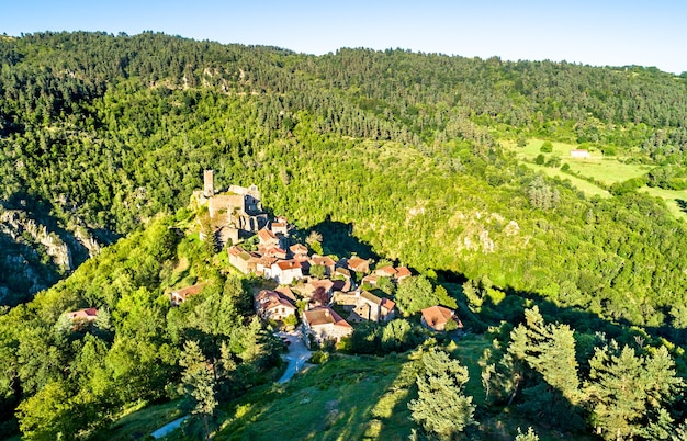 Widok wsi chalencon z zamkiem. górna loara, francja