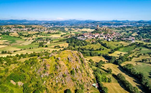 Widok wsi polignac z fortecą. departament haute-loire we francjiire