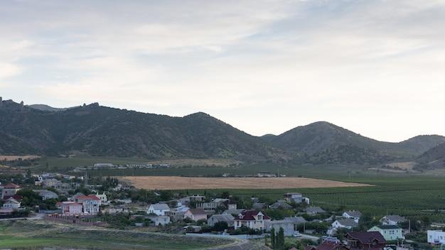 Widok wsi vesele z górami krymskimi w tle