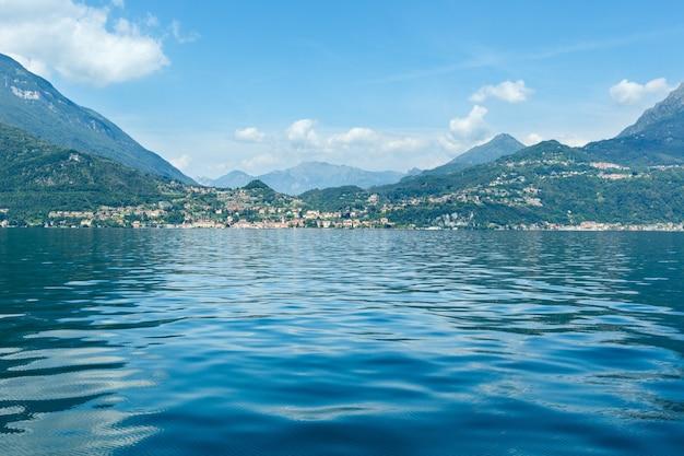 Widok wybrzeża letniego jeziora como (włochy) z pokładu statku