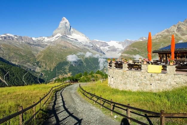 Widok wycieczkować ślad w szwajcarskich alps, zermatt gór teren blisko matterhorn szczytu w lecie, szwajcaria