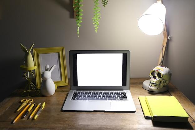 Widok wygodnego miejsca pracy z laptopem wieczorem