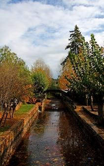 Widok wysokiej perspektywy parku małej wioski alte znajduje się w algarve, portugalia.