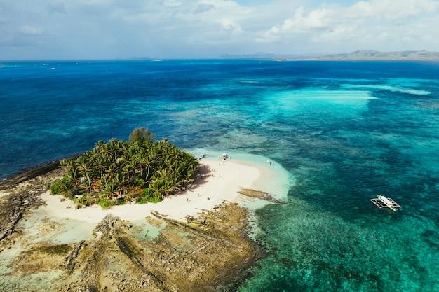 Widok wyspy guyam z nieba. zdjęcie zrobione dronem nad piękną wyspą. koncepcja podróży, przyrody i krajobrazów morskich