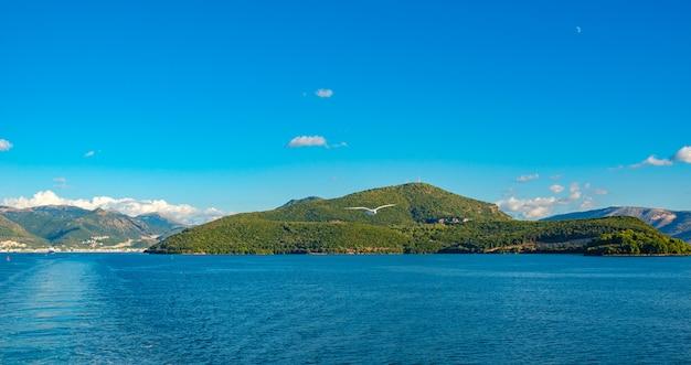 Widok wyspy korfu z morza jońskiego.