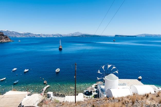 Widok wyspy santorini z thirasia