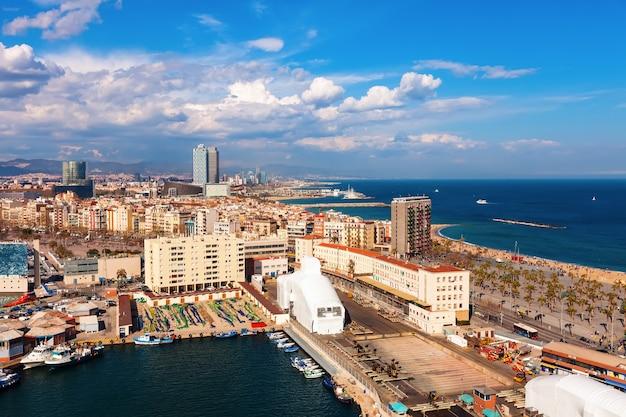 Widok z barcelony i basenu morza śródziemnego w słoneczny dzień