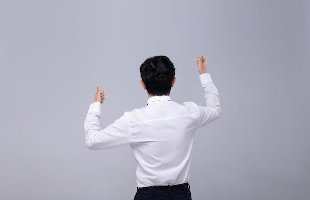Widok z biura mężczyzna w białej koszuli z tyłu