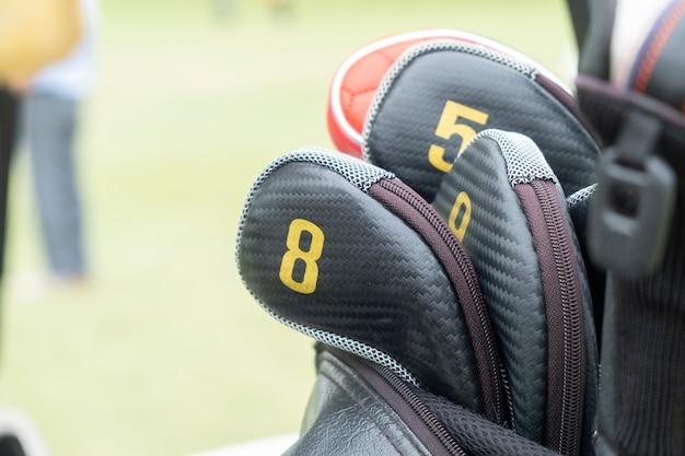 Widok z bliska główki kijów golfowych w torbie