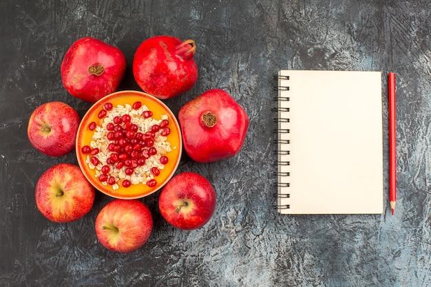 Widok z bliska granaty jabłka granaty płatki owsiane ołówek notatnik