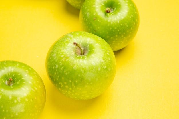 Widok z bliska jabłka z boku trzy apetyczne jabłka na stole