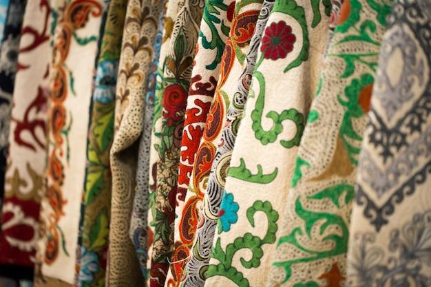 Widok z bliska kolorowej tkaniny z tradycyjnym orientalnym ornamentem