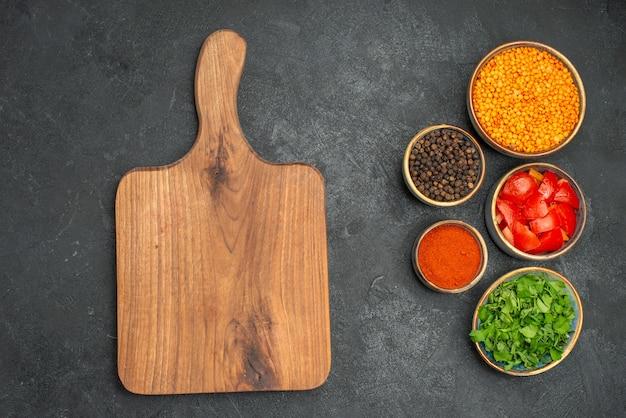 Widok z bliska soczewica deska do krojenia przyprawy pomidory soczewica zioła