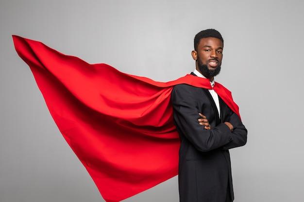 Widok z boku afrykańskiego biznesmena w garniturze z bohaterem czerwonym cout
