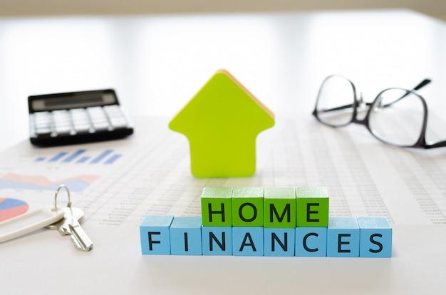 Widok z boku arkusze kalkulacyjne, kalkulator, klucze i okulary i znak finansów domowych
