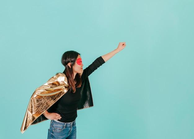 Widok z boku azjatycki superbohater w latającej pozie