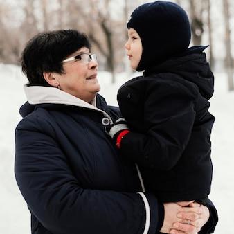 Widok z boku babci i wnuka razem na zewnątrz