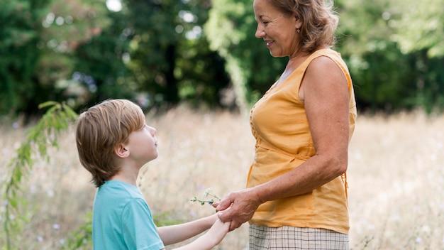 Widok z boku babcia i dziecko na zewnątrz
