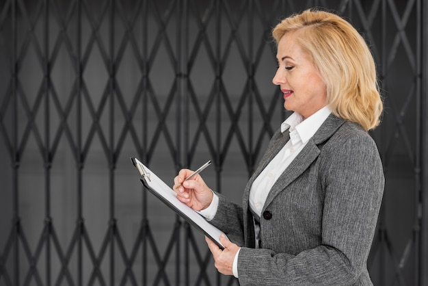 Widok z boku biznes kobieta