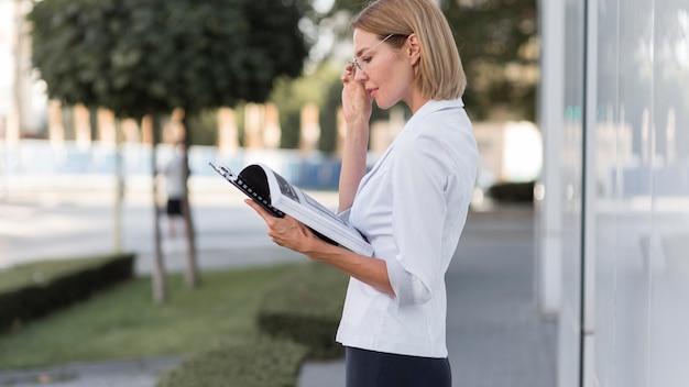 Widok z boku biznesowa kobieta w okularach