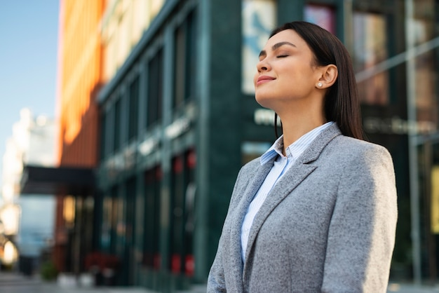 Widok Z Boku Bizneswoman Na Zewnątrz W Mieście Darmowe Zdjęcia