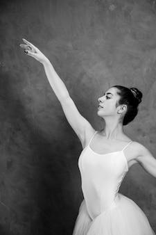 Widok z boku buźki baleriny w skali szarości