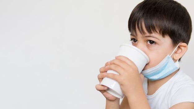 Widok z boku chłopiec pije herbatę