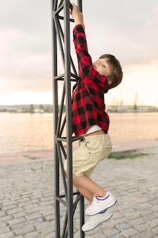 Widok z boku chłopiec wspinaczka