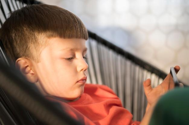 Widok z boku chłopiec z tabletem gry