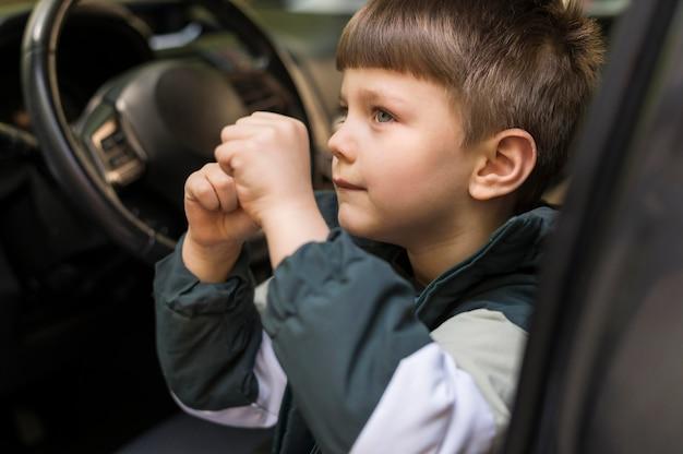 Widok z boku chłopiec za kierownicą