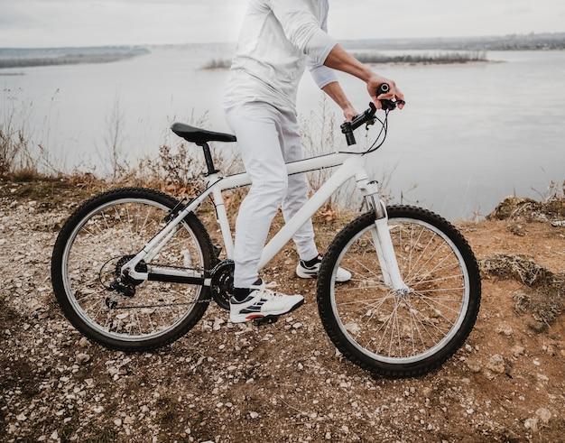 Widok z boku człowieka na rowerze górskim