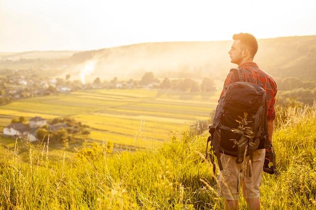 Widok z boku człowieka w zielonym polu