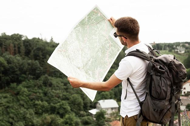 Widok z boku człowieka z mapą