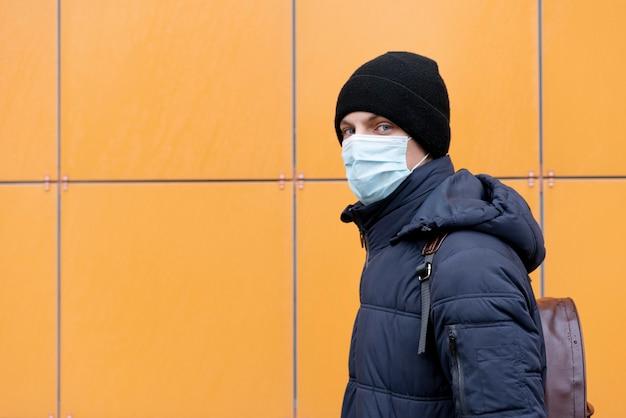 Widok z boku człowieka z maską medyczną i miejsca na kopię