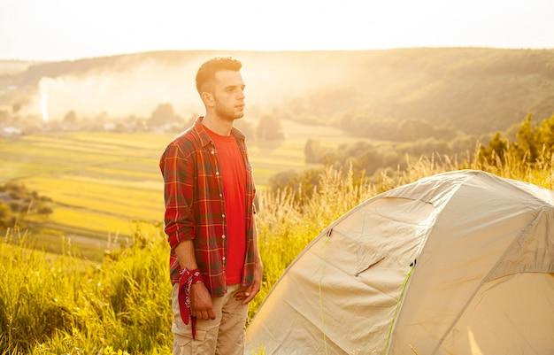 Widok z boku człowieka z namiotem