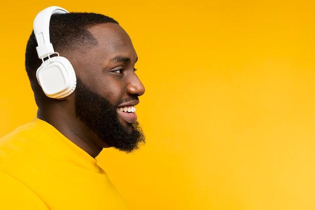 Widok z boku człowieka ze słuchawkami