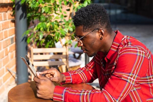 Widok z boku czytania młodych dorosłych mężczyzn