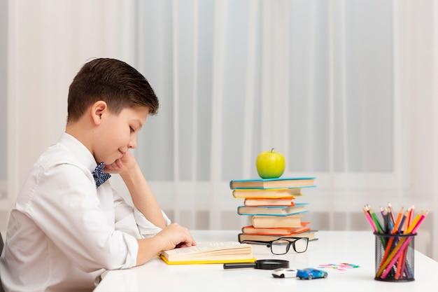 Widok z boku czytanie chłopca